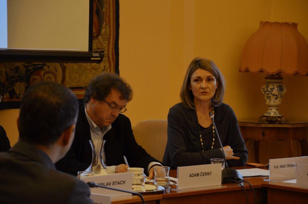 moderátor Adam Černý a J.E. Ines Troha Brdar