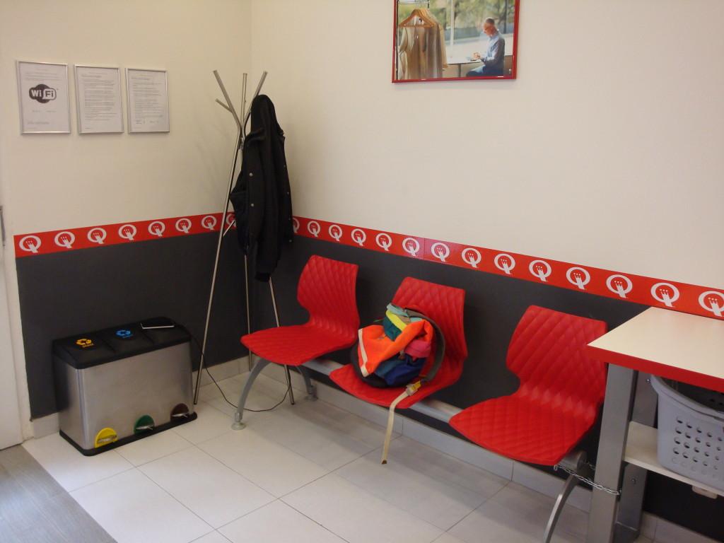 Židličky k odpočinku i práci při čekání na prádlo